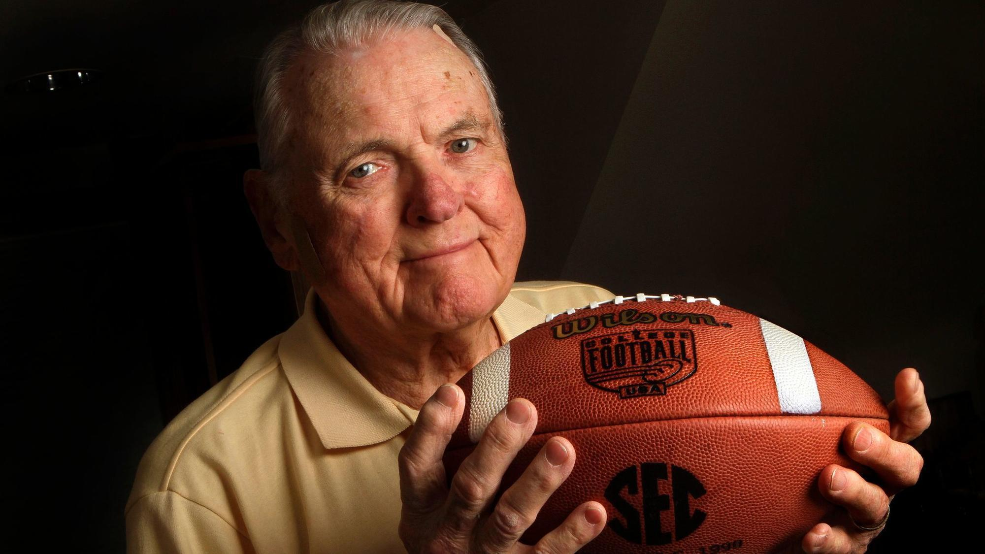 Keith Jackson, folksy voice of college football, dies at 89