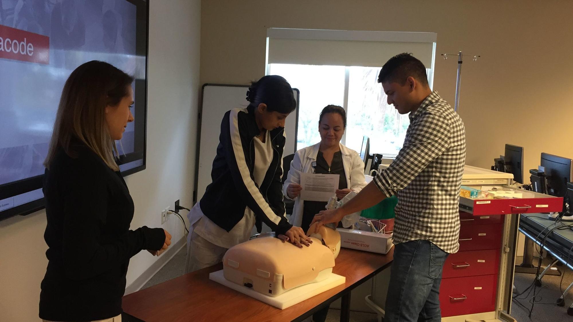 Mes del Corazón: Entrenamiento de CPR en Weston para aprender a ...