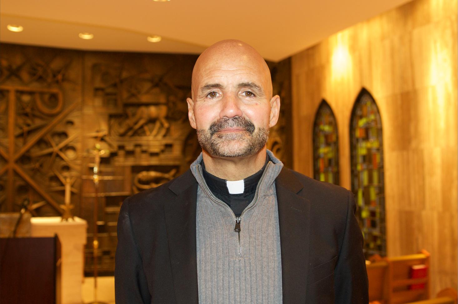 Ct-sacerdote-perdio-22-libras-por-su-apoyo-a-dreamers-20180212