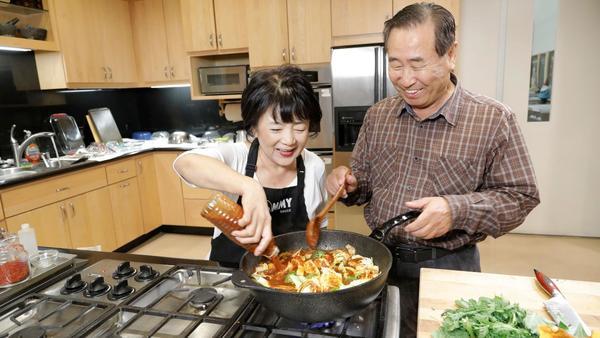 Roy Choi's mom, 'Mommy Choi,' teaches us how to make  tteokbokki  (spicy Korean rice cakes)