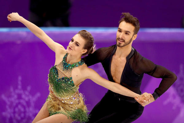 Wardrobe malfunction doesn't derail French pair in ice dance; Canadian pair takes lead and Americans in contention