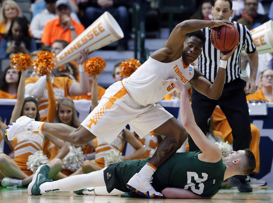 Tennessee's Admiral Schofield grabs a loose ball over Wright State's Parker Ernsthausen. (Tony Gutierrez / Associated Press)
