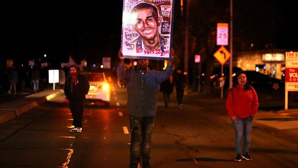 Stephon Clark shooting: How police opened fire on an unarmed black man holding a cellphone | Los Angeles Times