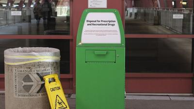 """El concejal Mitch Englander pide colocar """"cajas de amnistía"""" para marihuana en LAX"""