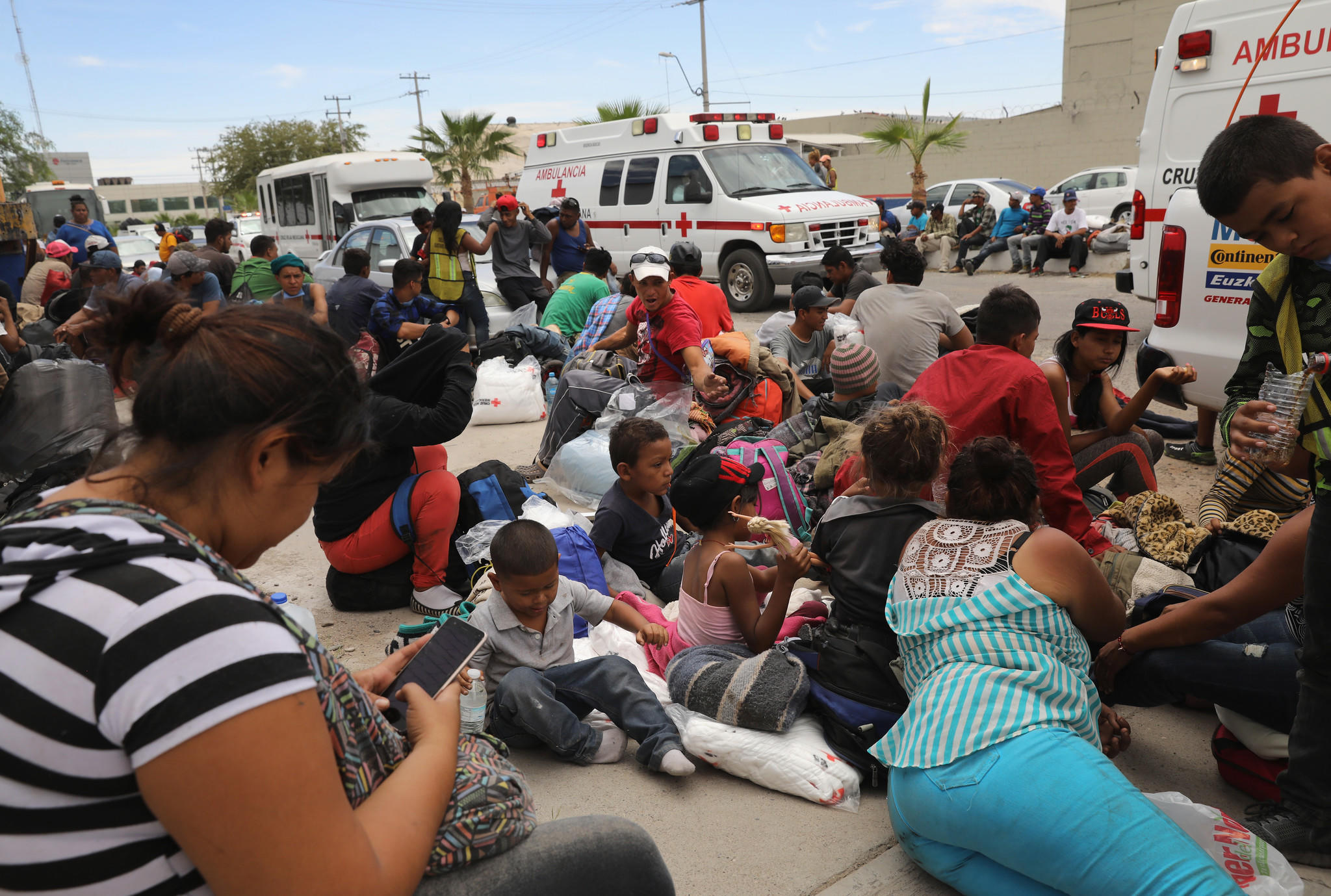 Caravan of migrants hope to enter the United States to seek asylum