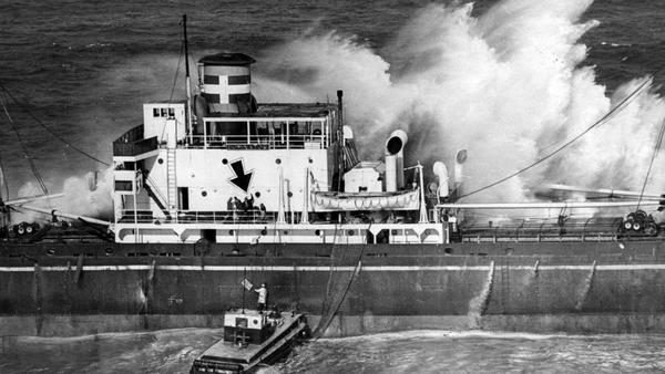 From the Archives: Greek freighter Dominator runs aground off Palos Verdes