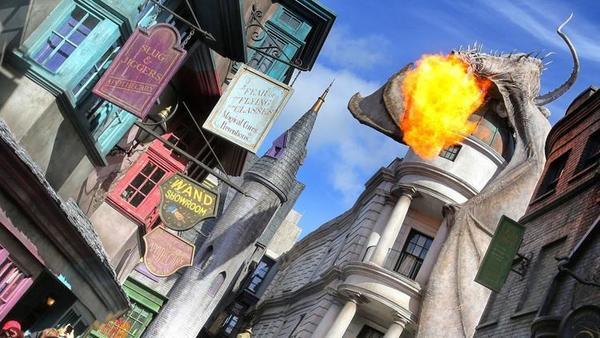 El dragón que escupe fuego, encaramado en la cima del Callejón Diagon, como se vio durante la gran apertura de la expansión del Mundo Mágico de Harry Potter, en Universal Studios