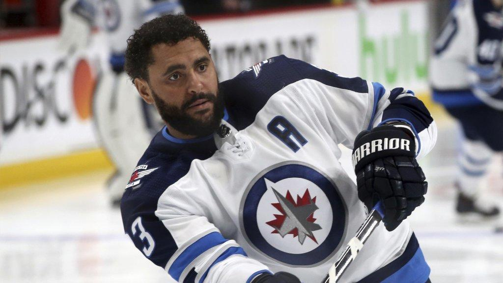 Ct-spt-blackhawks-dustin-byfuglien-nhl-playoffs-20180507
