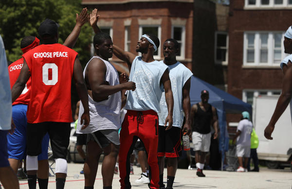 Organizers host anti-violence basketball tournament in East Garfield Park | Chicago Tribune