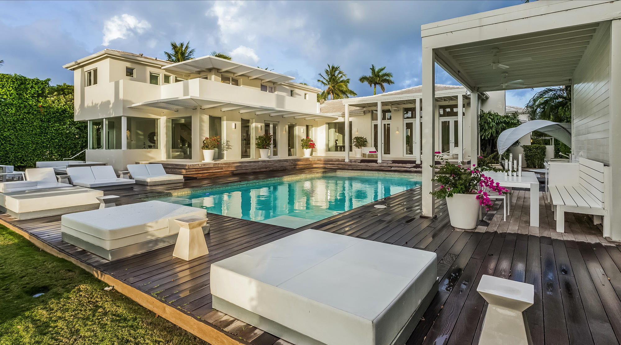 Shakira has offered for sale a villa 38
