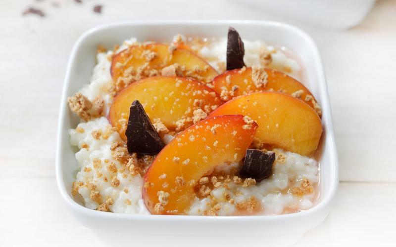 Risotto with peaches, chocolate and amaretti