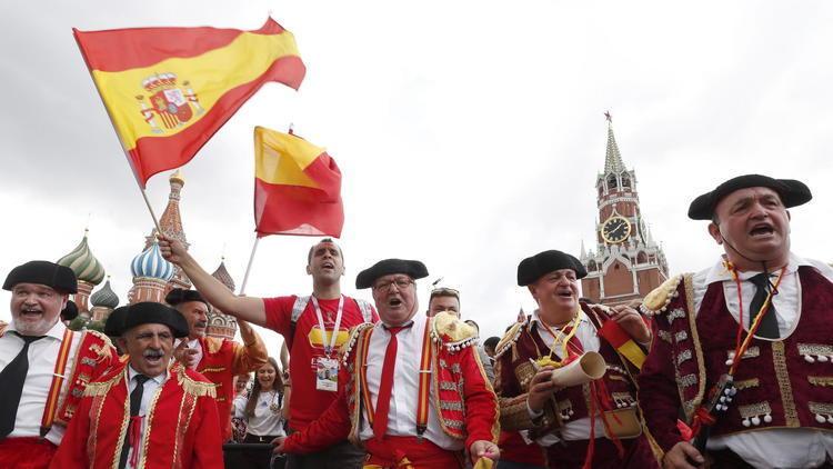 EN FOTOS: Desde toreros hasta calaveras en el juego de octavos de final entre España y Rusia