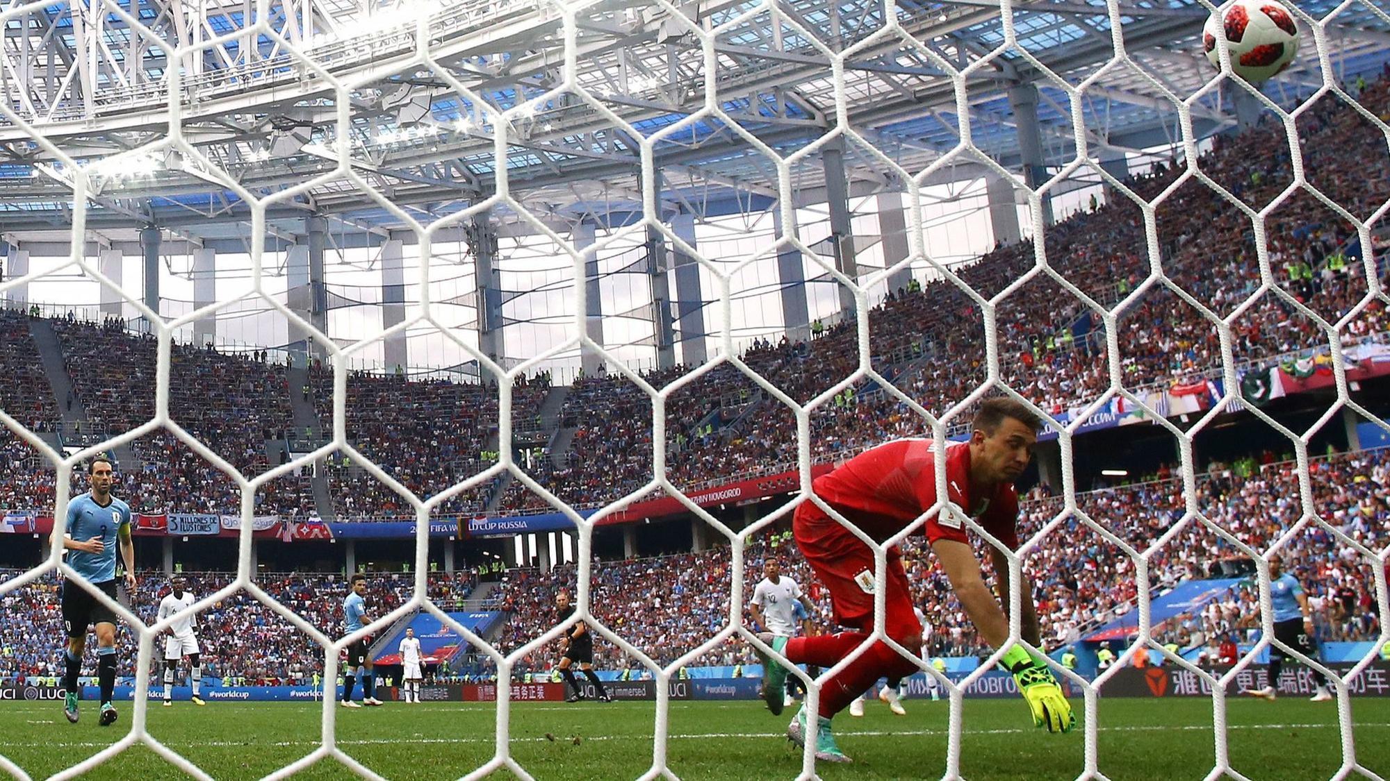http://www.trbimg.com/img-5b3f9010/turbine/ct-90mins-the-latest-france-lead-uruguay-at-halftime-on-varanes-goal-20180706