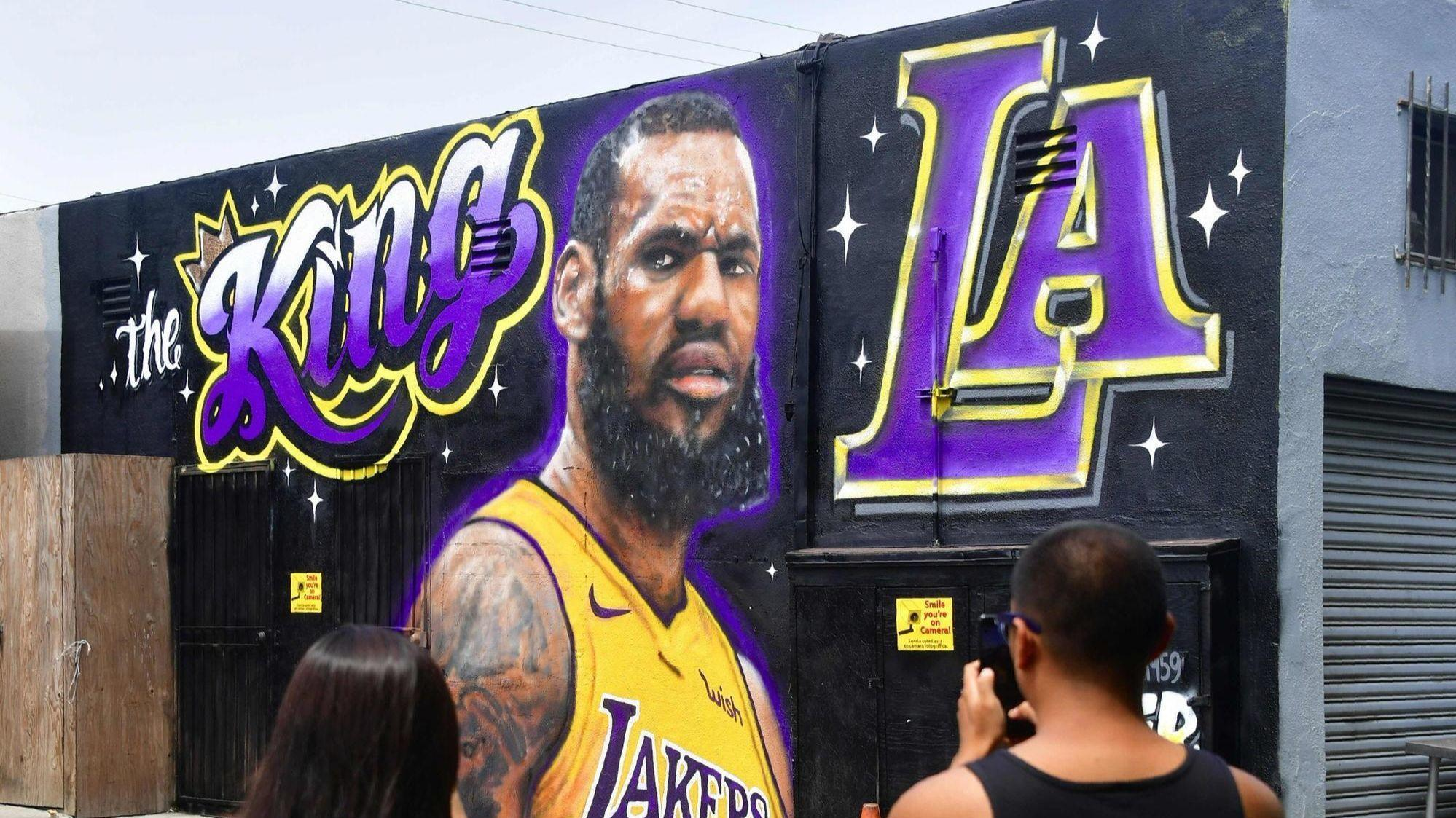 It's official: Lakers announce LeBron James has signed