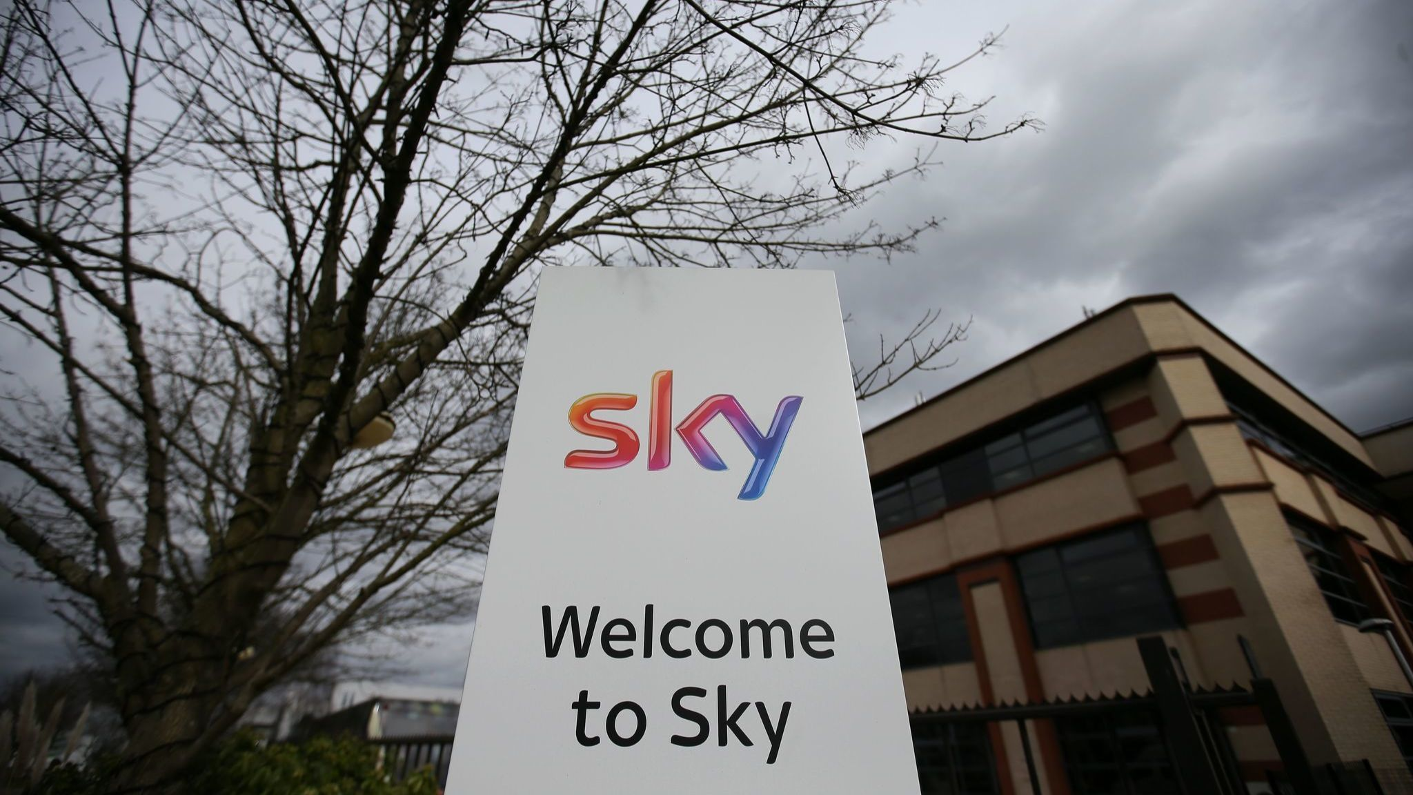 Fox strikes $32.5 billion deal for Sky TV service, topping offer from Comcast