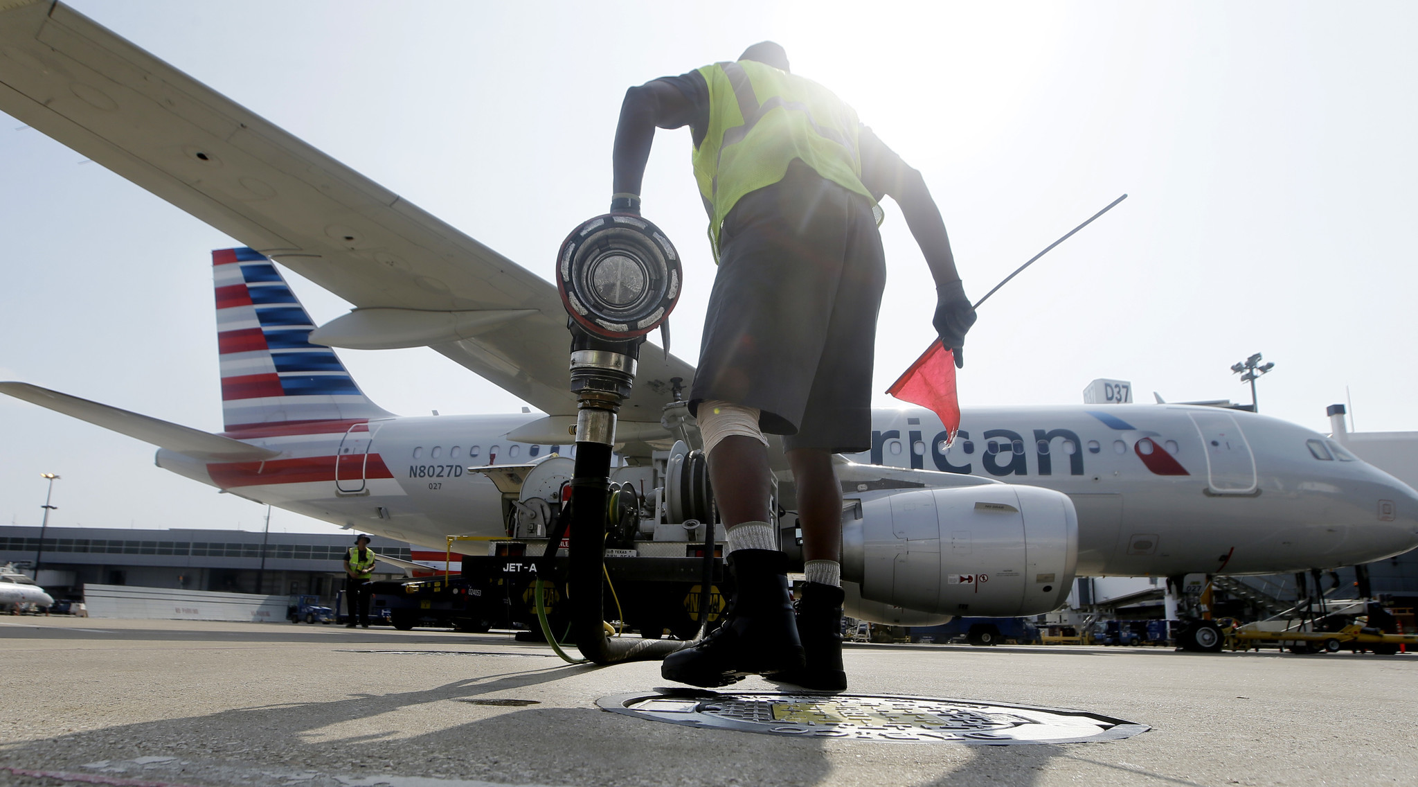 Airfares continue to drop even as jet fuel prices climb