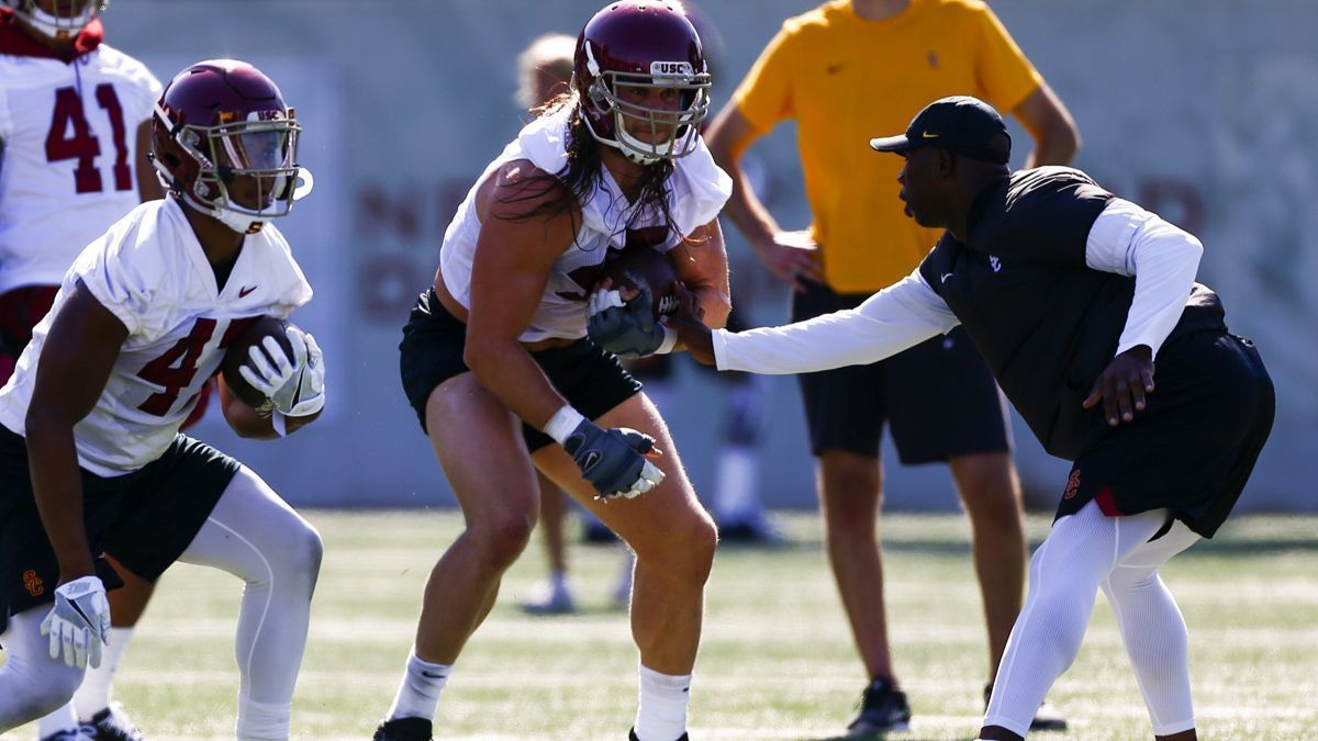 USC's Porter Gustin to undergo MRI exam after injuring knee in practice