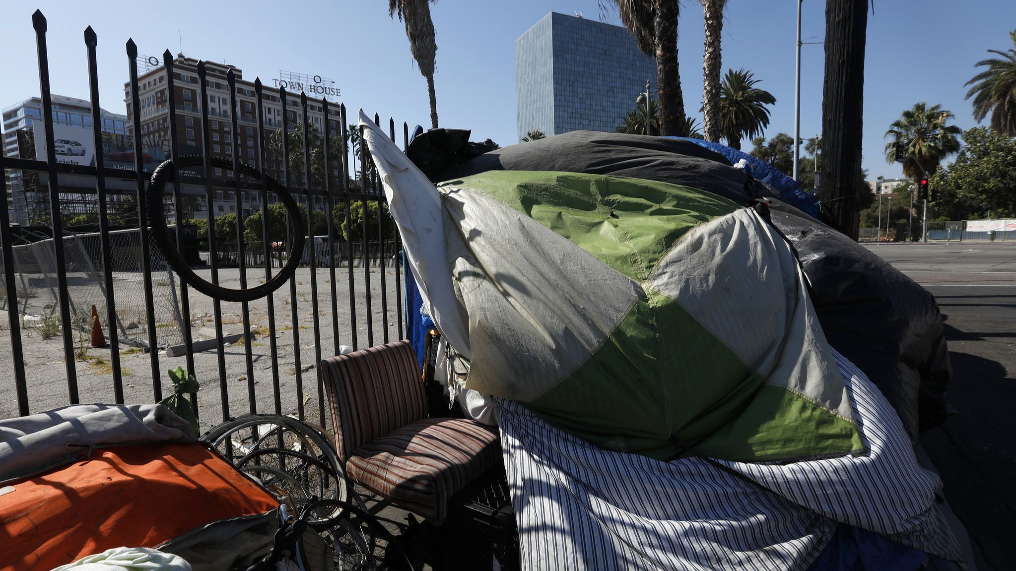 Cities may not prosecute homeless people for sleeping outside if they have no access to shelter, appeals court rules
