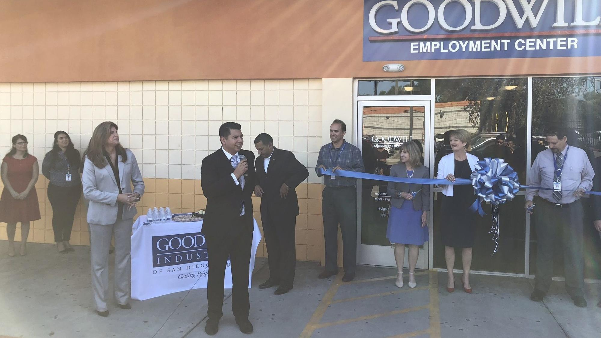 center opens in san ysidro to help residents get jobs the san diego union tribune. Black Bedroom Furniture Sets. Home Design Ideas