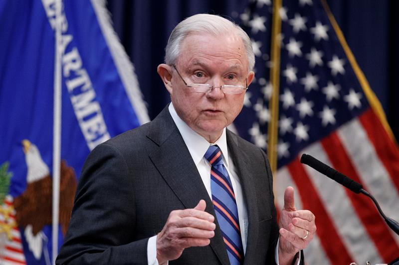 Trump se plantea reemplazar a Sessions con uno de sus asesores, según el Post