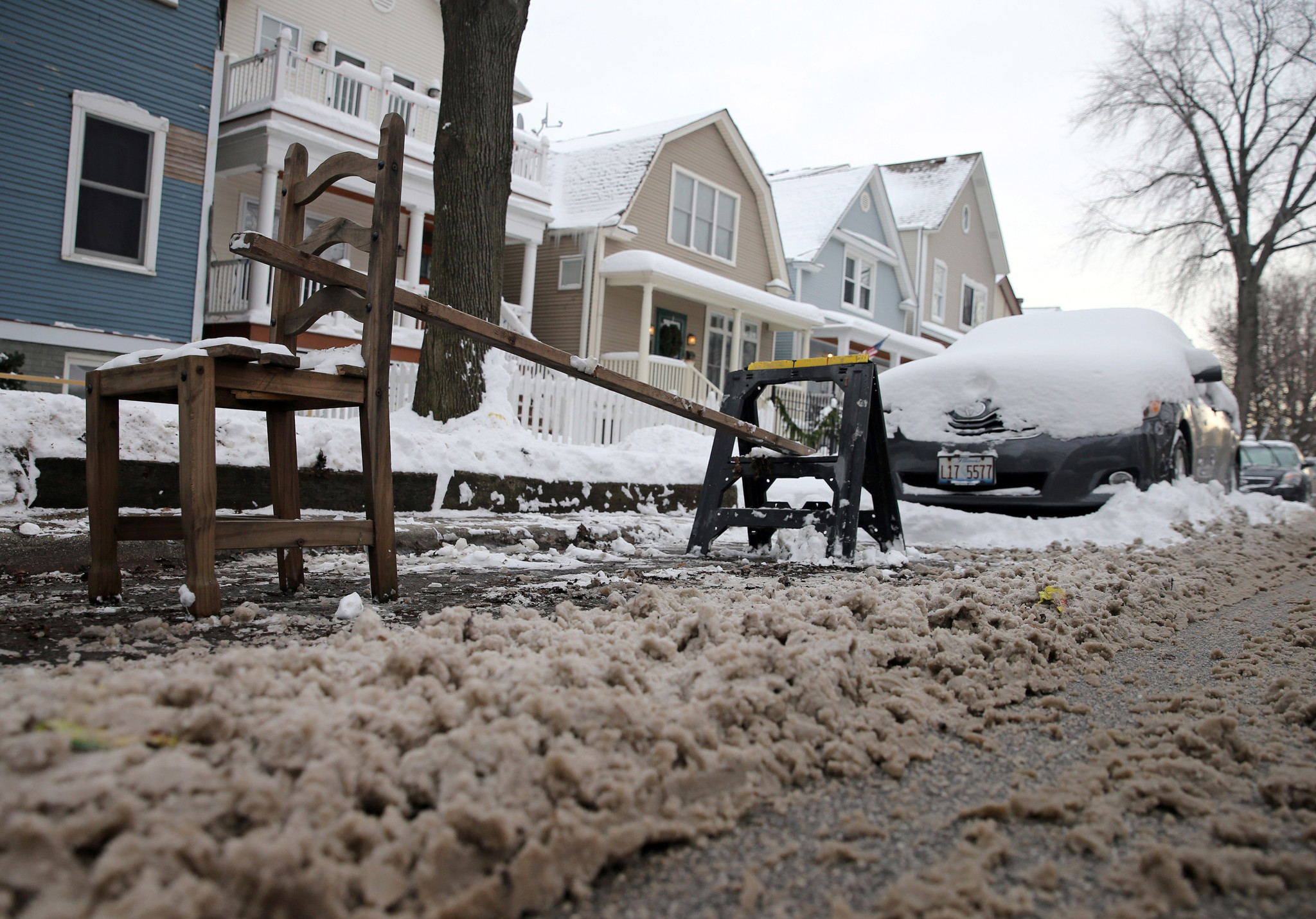 Big winter storm descends on Chicago area, bringing heavy snowfall and strong winds