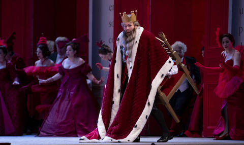 """Alan Higgs as The King performs in a dress rehearsal Wednesday, Nov. 28, 2018 of Massenet's """"Cendrillon"""" at the Lyric Opera. (Brian Cassella/Chicago Tribune)"""