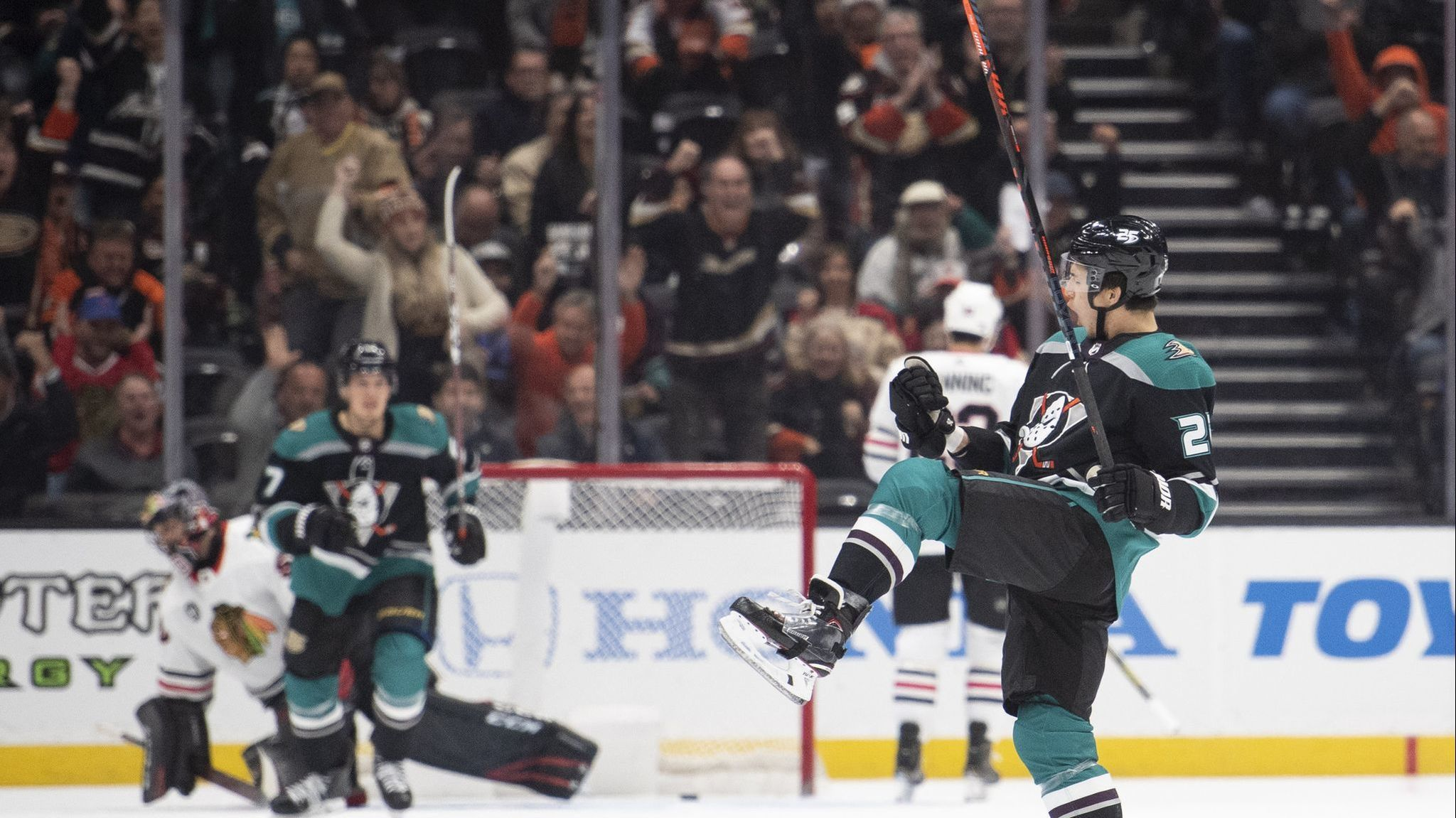 Ducks' offense shows signs of life in victory over Blackhawks for their fifth consecutive victory