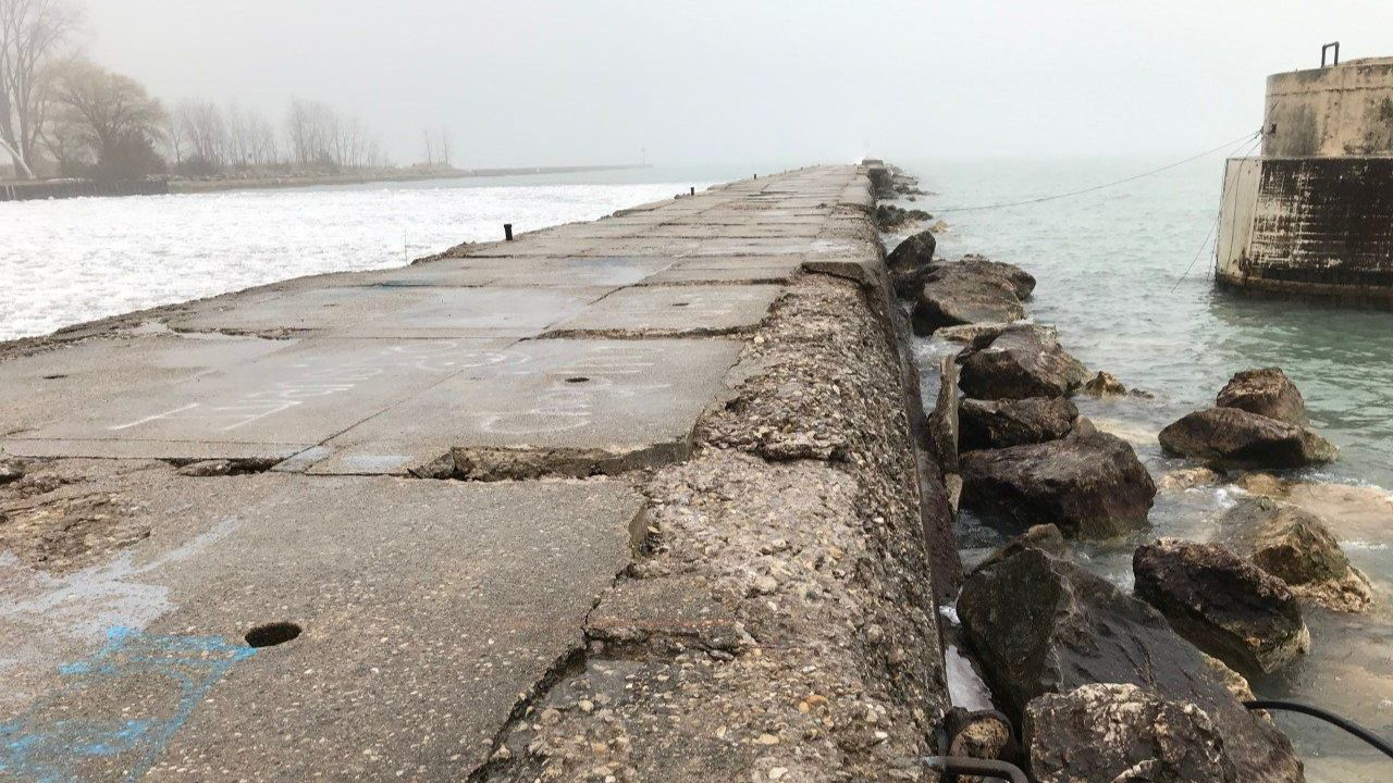 Moran: Waukegan's popular 'lighthouse pier' lined up for an extreme makover