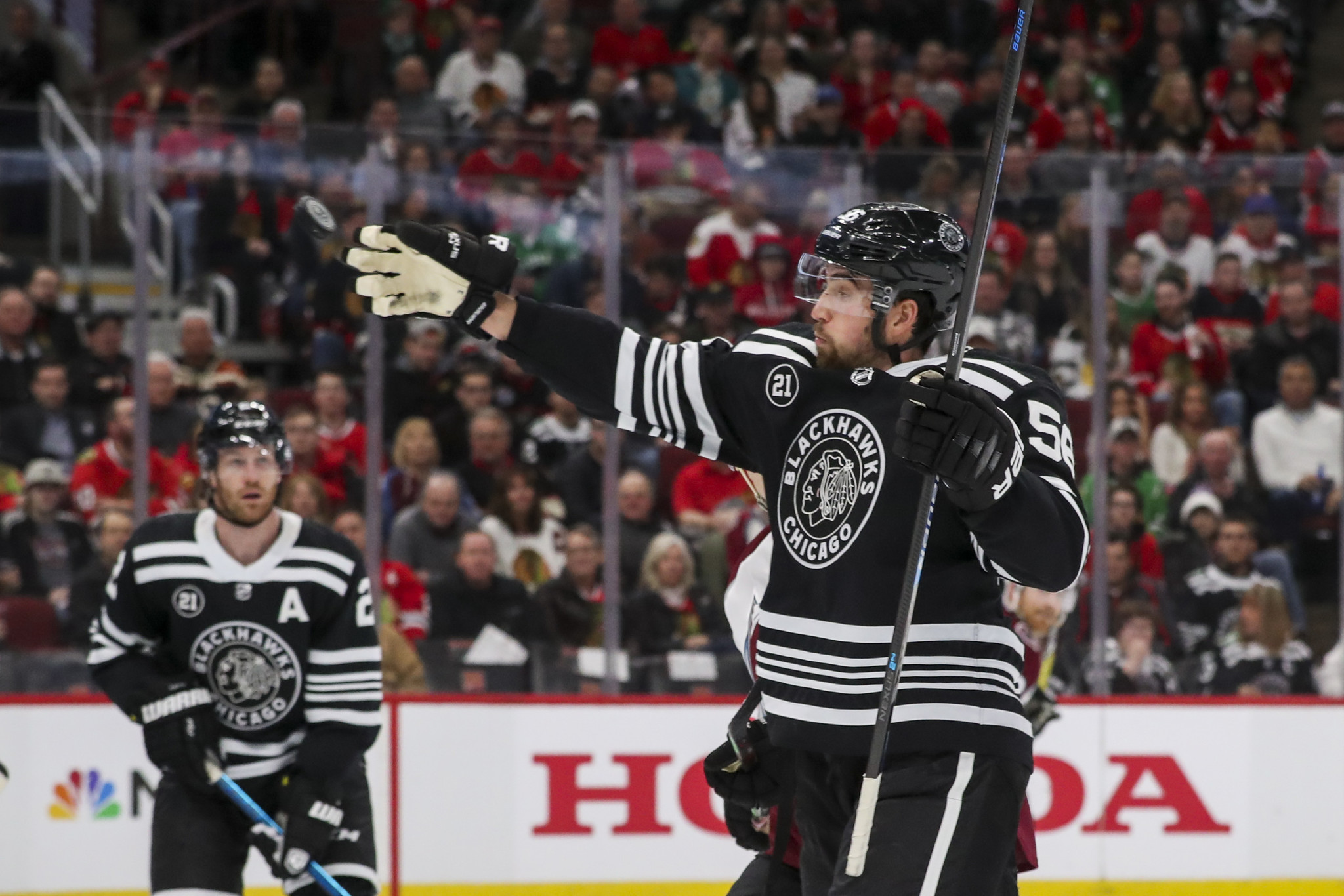 Duncan Keith's overtime goal gives Blackhawks 2-1 win over Avalanche to keep playoff hopes alive
