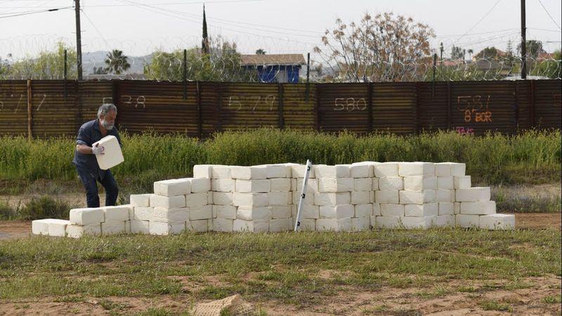 Un artista de Los Ángeles construye un muro fronterizo… ¡de queso!