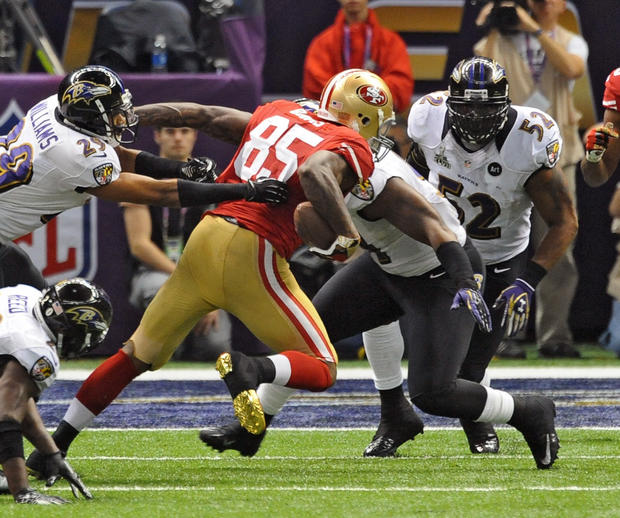 Ray Lewis heads toward 49ers tight end Vernon Davis.