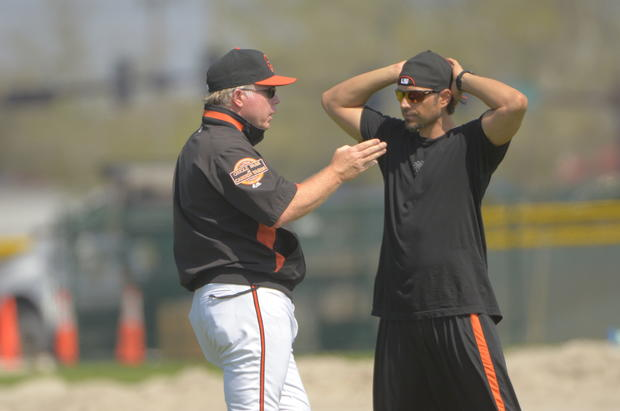 Orioles manager Buck Showalter, left, and Brian Roberts have a long talk after pitchers and catchers finished their workout.
