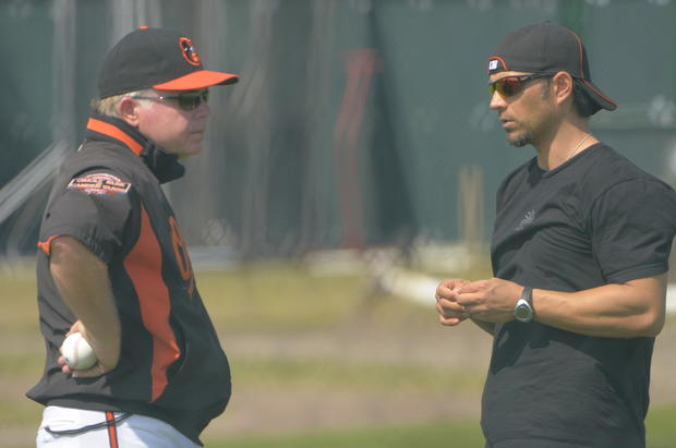 Orioles manager Buck Showalter, left, converses with second baseman Brian Roberts.