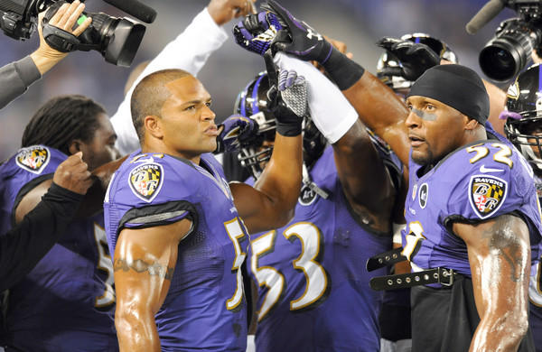 Ravens linebackers Brendon Ayanbadejo and Ray Lewis get ready for kickoff.
