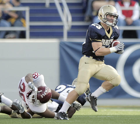 Navy slotback Cory Finnerty (right) runs past Temple cornerback Evan Cooper Jr. for a first down in the first quarter.