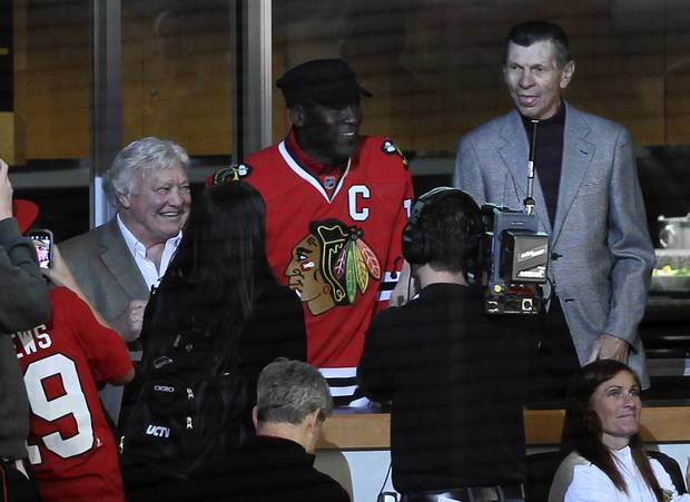 Blackhawks legends Bobby Hull and Stan Mikita join Michael Jordan in watching a playoff game against Phoenix at the United Center.