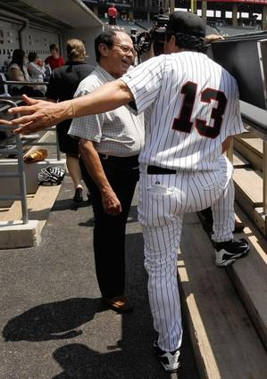 Luis Aparicio and Ozzie Guillen chat pregame.
