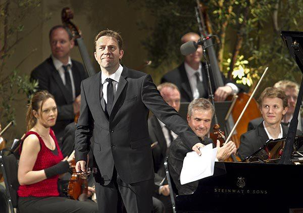 Leif Ove Andsnes acknowledges the crowd at the Ojai Music Festival.