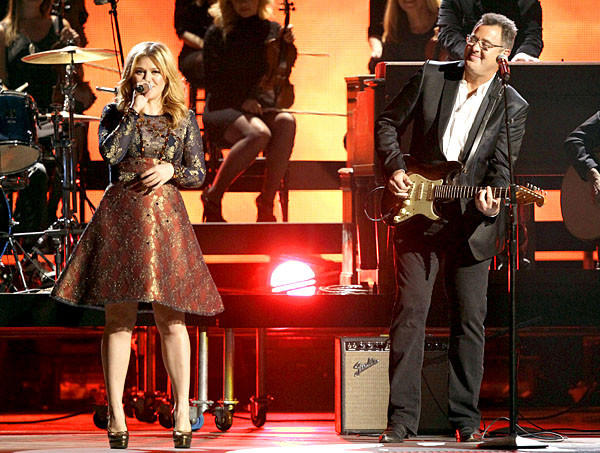 Kelly Clarkson and Vince Gill perform at the Country Music Assn. Awards.