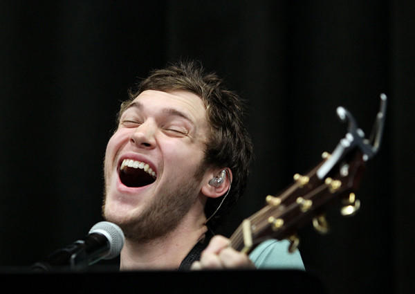 Phillip Phillips takes his solo.