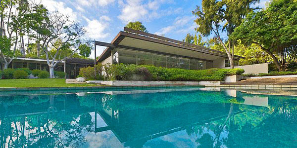 Bowing to community pressure, the owners of Richard Neutra's Kronish House in Beverly Hills have agreed to postpone its demolition until at least Oct. 10 to give preservationists a chance to devise a plan to save the residence.