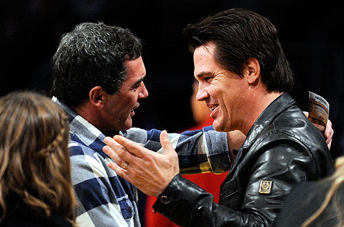 "Josh Brolin and Antonio Banderas share a moment before  the  <a href=""http://www.latimes.com/sports/la-sp-lakers-suns7-2009dec07,0,233399.story"">Lakers-Suns </a>   match-up.  <a href=""http://lakersblog.latimes.com/lakersblog/"">Check out the Lakers blog.</a>"