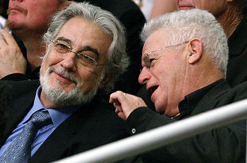 "Opera superstar Plácido Domingo  chats with L.A. Opera Chairman Marc Stern at the   <a href=""http://www.latimes.com/sports/la-sp-lakers-suns7-2009dec07,0,233399.story"">Lakers-Suns </a>   game."
