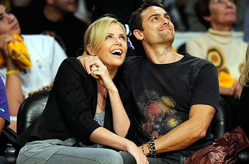 "Charlize Theron and Stuart Townsend share a moment at the   <a href=""http://www.latimes.com/sports/la-sp-lakers-clippers28-2009oct28,0,7078021.story"">Lakers-Clippers</a> opener at Staples."
