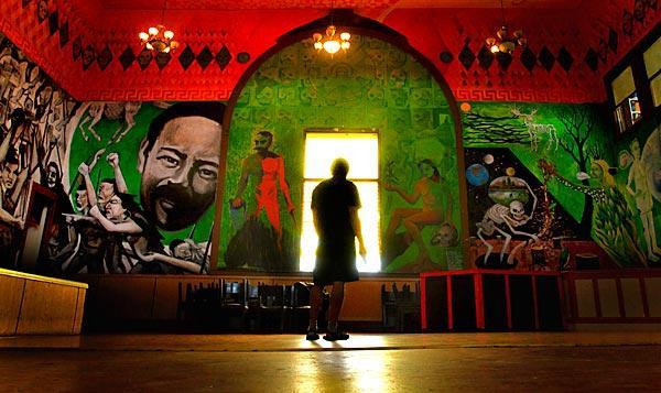 Photos mexican muralist hugo martinez tecoatl la times for Mural mexicano