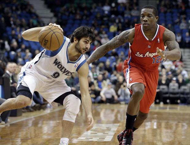Ricky Rubio keeps his balance as he drives past Eric Bledsoe during the Clippers' matchup with the Timberwolves.