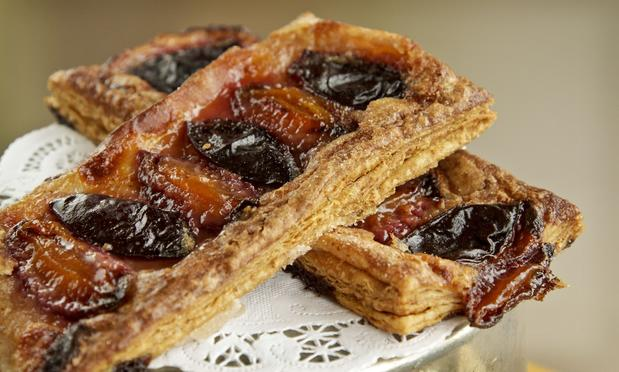 Parisian puffs with Italian plums prune.