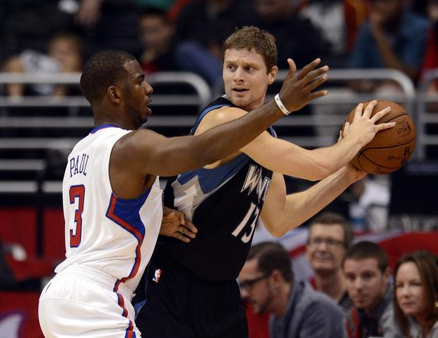 Clippers point guard Chris Paul applies defensive pressure against Timberwolves point guard Luke Ridnour.