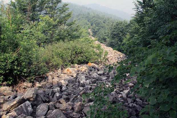 A long trail of haphazardly placed rocks in Haizigou, north of Beijing, has been hailed as a newly discovered stretch of China's Great Wall.
