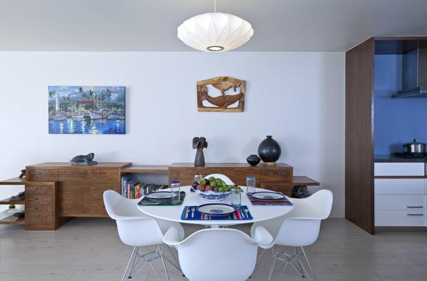"Eames chairs surround a classic Saarinen table from Knoll in the dining room of Malibu homeowner Jackie Gould. The long credenza is another Minarc design. [ <a href=""http://www.latimes.com/features/home/la-lh-modern-makeover-for-malibu-town-house-photos-20130207,0,6937304.photogallery""><FONT COLOR=""#2262cc"">Full gallery</FONT></a> ]"